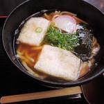 祇園 京めん - ボキが注文したのは、もちうどん980円。       外は暑かったけど、店内は冷房がよくきいてるので、       温かいおうどんもいけます。       出汁の風味がよくて、すごく美味しいおうどんです!!