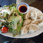 中国茶会 無茶空茶館 - 水餃子とサラダ、皮と餡は手作り♪