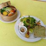 グーファ - 野菜のセイロ蒸しと、抹茶パンが乗ったプレート