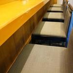 菊水鮓 - 一枚板のカウンター、寿司屋のこの居心地ってなんて落ちつくんでしょう