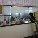韓家 - 厨房は広いです。メニューの札がたくさんありますね。