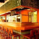 ESOLA - ハイチェアのカウンター。臨場感のあるキッチンを眺めながらワインやお食事を愉しんで★一人飲みにも最適。