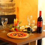 ESOLA - ゆったりくつろげるテーブル席も完備!時間を気にせずおしゃべりを愉しめます。