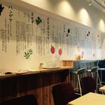ヘルシー アイランド カフェ - 店内はすっきり、明るくて、清潔。 落ち着くよ。
