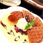 珈琲ボンボン - 料理写真:コーヒー(コロンビア)と、プリンワッフル ワッフルは表面カリっと!プリンもアイスもおいしい♡ボリュームたっぷり(^ ^)