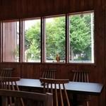 Petit HANON  - 窓から緑が見えます。