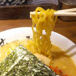 むつみ屋 - ちゅるちゅると味噌スープに絡みつく麺。噛み応えがあり美味しい