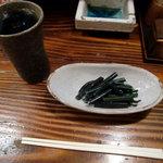 福助 - 焼酎お湯割りと突きだしのワラビ