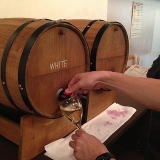 名物②!樽飲みフリーワインが60分飲み放題で980円♪