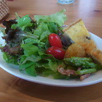 トモッティーナ - ミニサラダ。キッシュと塩をぱらっとかけた野菜のサラダです
