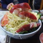 酒蔵 厚岸 - てんこ盛りの刺身サラダ