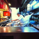 博多麺房 赤のれん - 厨房では忙しそうに2名の親爺さんが調理中!