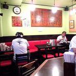 博多麺房 赤のれん - 博多っ子らしい真っ赤に燃える椅子からも活気に満ちていることが伺える