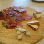 41199966 - 生ハムとサラミ、チーズの盛り合わせ