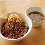 ストライプ ヌードルズ - 料理写真:ステーキ丼