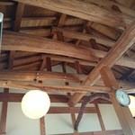 上野製麺所 - 天井の梁が見える店内
