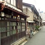 うてな喫茶店 - 昭和レトロ漂う中崎町。手前左が「うてな喫茶店」