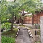 ゆるりcafe - お寺の敷地に入って、左側に「ゆるりカフェ」さんの建屋があります