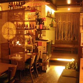 店内はモダン古民家を想わせる竹と木に囲まれたくつろぎの空間。