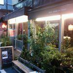 41212777 - カフェ風の店の全景