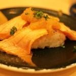 廻転寿司 まぐろ問屋 めぐみ水産 - サーモン炙りハラス
