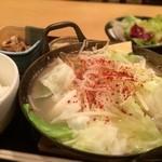 銀座 ほんじん - お昼からもつ鍋!もつめん定食 930円 サラダ、お新香、小鉢付。麺もご飯も多い…もつはいくつか笑 サラダはドレッシングが大変な量の油でびっくりした。