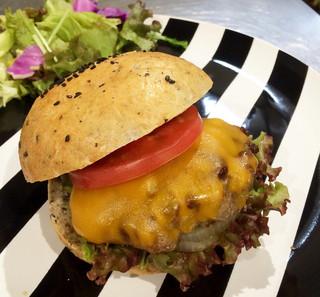 シンク フード ロータス カフェ - 100%BEEFのステーキ肉をスライスした新しい食感のハンバーガー。チェダーチーズ。