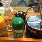 好来道場 - 卓上の調味料 : コショー・ガーリック・自家製ラー油・朝鮮人参酢・ラーメンタレ