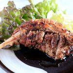 骨付鳥パチャマンカ - 料理写真:親鶏骨付きモモ 当店2大名物のひとつ。 旨味が凝縮された肉汁が‥香りもお愉しみください。※焼き時間に25分程要します