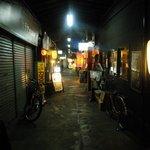 博多空気椅子酒場 輝 - レトロな路地。昭和25年から続いているらしい。