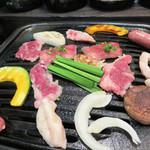さくら食堂 - さあ、肉宴の始まりです♪                             馬肉はヘルシーだとよく言われますが、ヘルシー抜きで美味しい!                             牛肉よりクセがなく、安価なのに上質感があります。