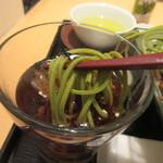 田頭茶舗 -   茶そばが独特の色をした喉ごしの良いお蕎麦、そばつゆはコップに入ってたんで説明聞かなかったら私はお茶と間違えて飲んでたかも・・・