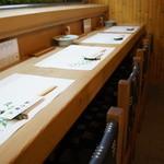 41254721 - 4人テーブルが1卓ありますが、基本は、このカウンター、白木一枚板のカウンターは寿司屋らしいところですね