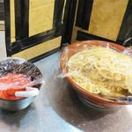 麺食堂 大金豚 - ラーメンが出来上がるまで、お店のセルフコーナーにある紅ショウガとモヤシを頂きます。 これは嬉しいサービスですね♪