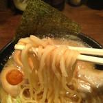 らーめん くま神 - 味玉らーめんの中太麺