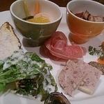 41260373 - 「本日の前菜盛り合わせ 5種類」。生ハム、サーモンのカルパッチョ、野菜のピクルスなど。