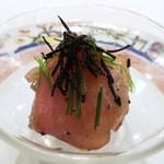 トロワフレーシュ - 駿河湾の縞鯵と酢飯のカクテル仕立て  フランス産サマートリュフ、卵黄