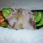 こまつ うどん店 - 黒部ダムカレーの豚しゃぶのついたサラダ