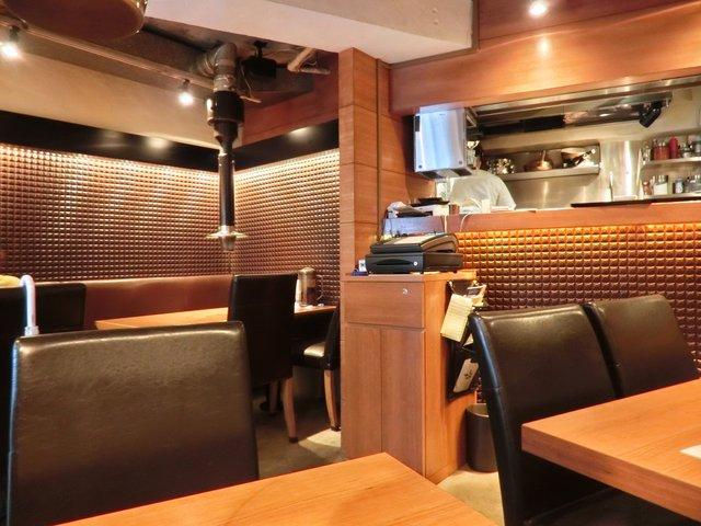 赤身肉 じゃんか 赤坂 - 店内のテーブル席の風景です