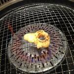 焼肉 万里 - 焼くとチクワ状になるマルチョウ