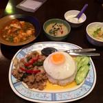 41283709 - 「ガパオライス+ミニグリーンカレー」780円+スープをトムヤムクンに変更(+100円)