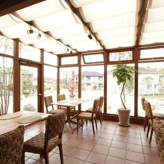 豊かな自然に溶け込むカフェ空間