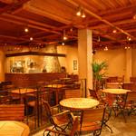 メロー カフェ - ゆったり座れるテーブルと中央のピザ釜も見所!