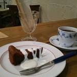 41288959 - チョコレートケーキとコーヒー