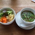 ホチホチ - 料理写真:ランチのサラダとトムヤムクン風スープ