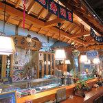 食事処 玄海 - 店内は高い天井と明るく清潔なカウンターが特長