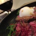 Ama-Oto - タレと温玉onのローストビーフ丼越しのワイン