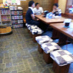 鷹 - 武蔵野うどんの名店「手打ちうどん鷹」店内4席テーブル2卓