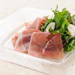 蕎麦ダイニング 徳蔵 - パルマ産の生ハムを使用した生ハムサラダです。