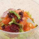 蕎麦ダイニング 徳蔵 - 天然魚介の切身をのせた徳蔵海鮮サラダ。